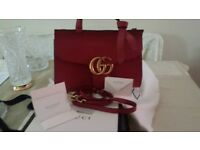 Elegant GUCCI handbag in red leather.