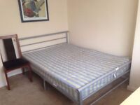 King sing double bedroom in faimly house in southall for students 2 girls ou 2 ladys