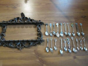 SPOON RACK WITH 20 COLLECTOR SPOONS