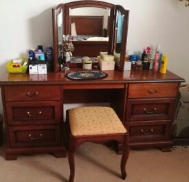 Gorgeous exclusive dressing table with stool in excellent condition! WOOD