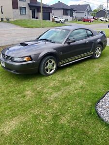 Ford mustang.     2000$ ferme