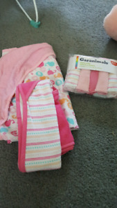 2 hooded bath towels and facecloths
