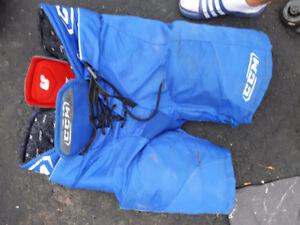 Culottes de hockey+ épaulettes+ rondelles (env. 25)