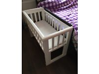 Crib suitable for co sleeping (one side goes down).