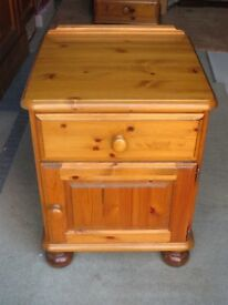 Ducal pine bedside cabinet with 1 drawer and 1 door, bun feet