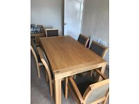 Great Condition Oak Dinning Table with 6 Matching Chairs