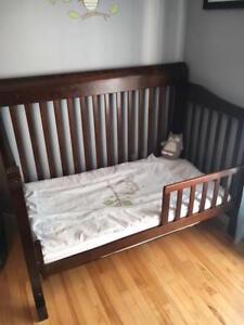 Lit de bébé + matelas + table à langer avec matelas
