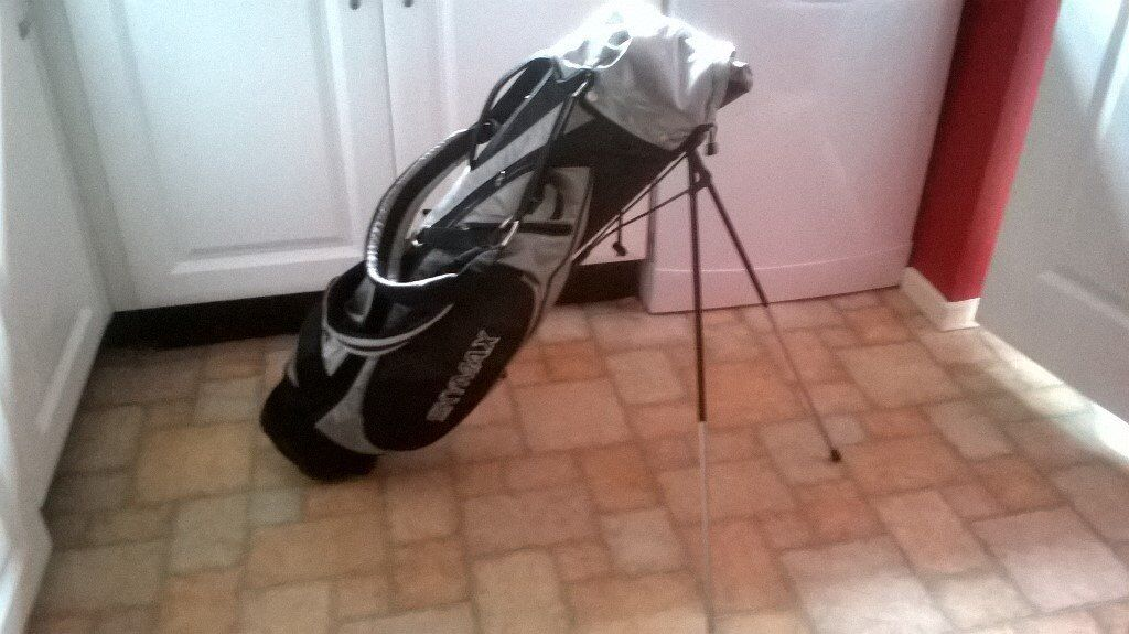Golf carry bag with stand