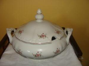 Magnifique soupière en porcelaine blanche, signé Regent
