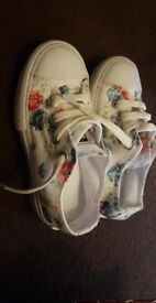 Girls floaral fake never worn convers