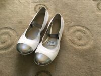 Girls white CLARKS shoes pumps ballerina style size 2.5F