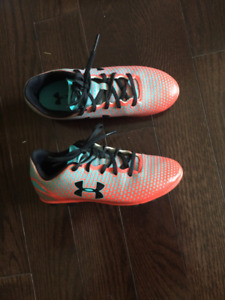 girls size 13 under armour soccer shoes