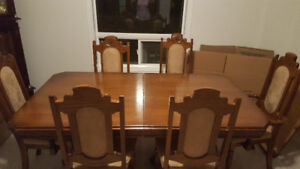 RED OAK IMMACULATE DINING ROOM TABLE