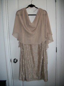 Robe de soirée de dentelle et brillants avec voilage  Laura PLUS
