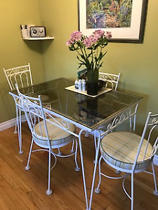 Vintage table with 4 chairs - excellent condition