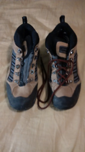 Arapaho men's hikers - AS NEW - size 9