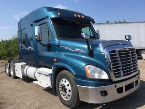 2011 freightliner Cascadia 18speed ISX 500 hp  flatbed
