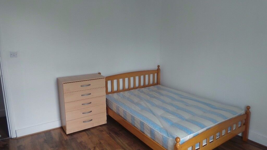 Double room available opposite Mile End Park 2 min walk to the station (NOT A STUDIO)