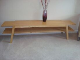 A NICE WOOD COFFEE TABLE 70 INCHES LONG 16 INCHES WIDE AND 17 INCHES DEEP