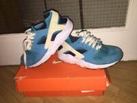 NIKE AIR HUARACHE TRAINERS SIZE 4 CAN POST