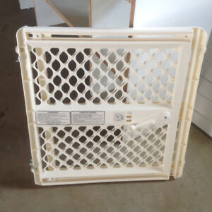 ADJUSTABLE CHILD GATE