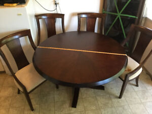 Beautiful formal Dining Room Set with 4 chairs and 2 table exten