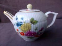 Miniature Teapots V&A complete set with own CABINET. Superb vintage 1980s