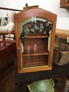 Petite armoire avec vitrail