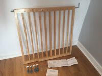 LINDAM EXTENDING WOODEN GATE - Catches/hinges missing but can be obtained from Lindam - RRP £32.99