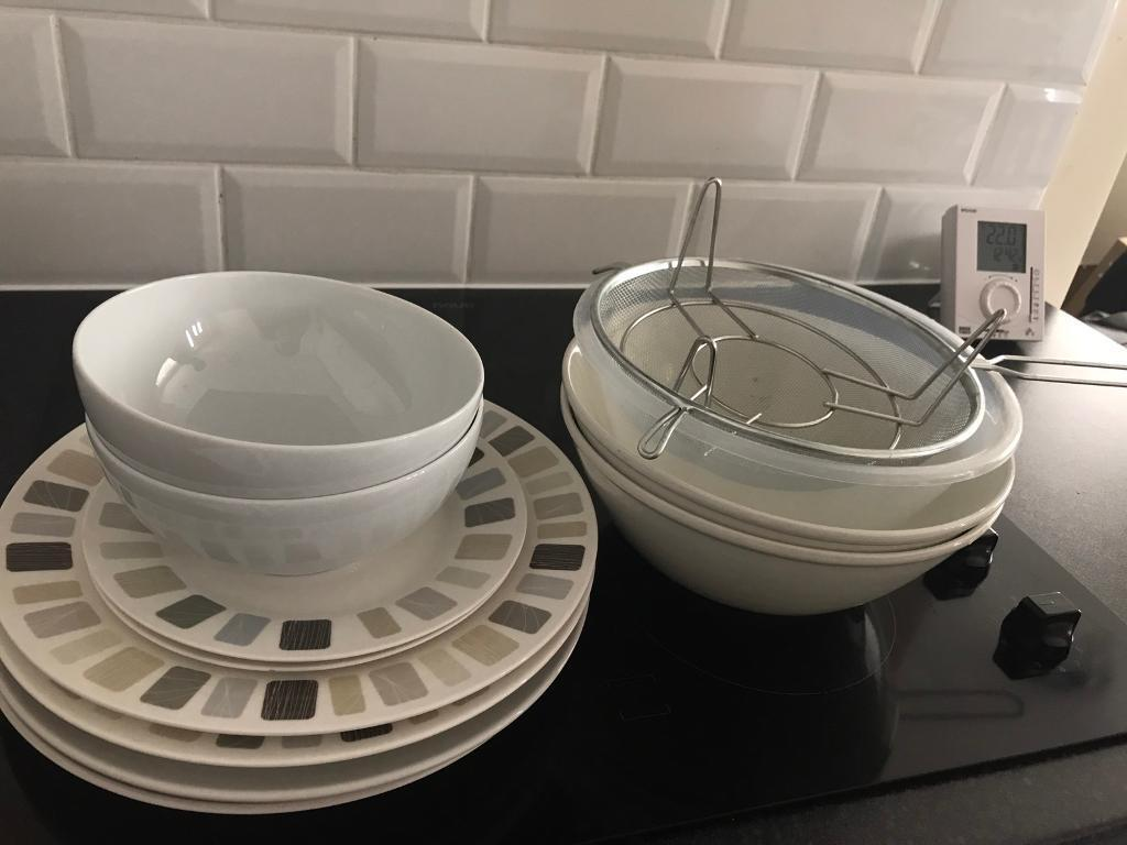 Plates and bowls in different sizes