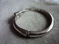 Lovely Silver round clasp bracelet, unsure of age