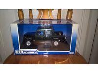 Universal Hobbies Land Rover Defender 110 1:18 Die Cast in Box