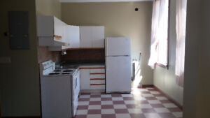 2nd floor quiet back apt avail Aug 15