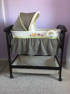 Summer Infant Classic Comfort Wood Bassinet - Fox and Friends