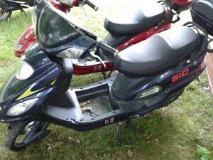 2 E-scooter besoin de batterie et chargeur, pas besoin de permis