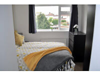 *NO AGENCY FEES TO TENANTS* Large double bedroom with en-suite in stylish, professional house share