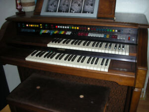 LOWREY HOLIDAY ORGAN