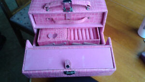 *** NEW PRICE*** Pink Leather Look Jewlery Case