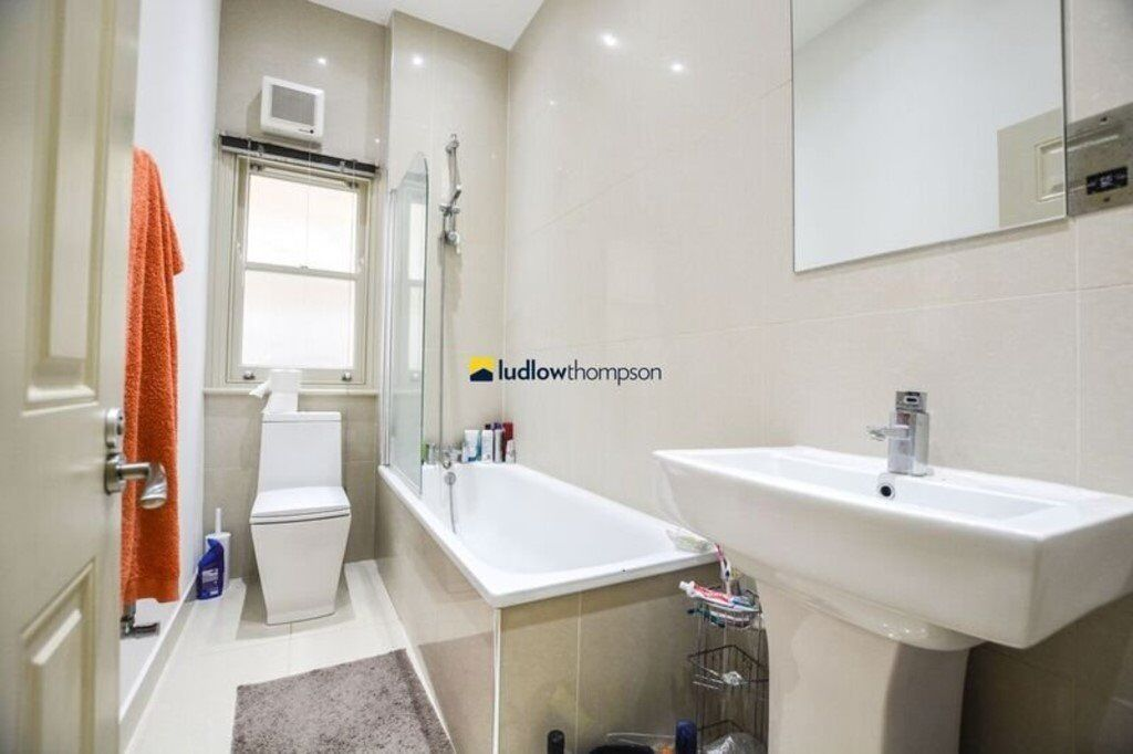 1 BED FLAT - 5 MINUTES TO NEW