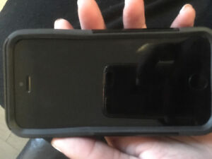 Unlocked Black iPhone 5s 16gb / comes with black otter box case