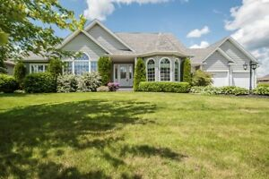 EXECUTIVE BUNGALOW WITH DOUBLE HEATED GARAGE IN ROYAL OAKS