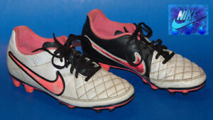 Souliers Soccer Nike pour fille pointure 7 / soccer spikes shoes
