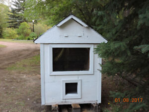 Small pet outside house - Custom built - Solid - Winterized