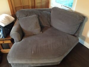 Love seat - new and super comfy