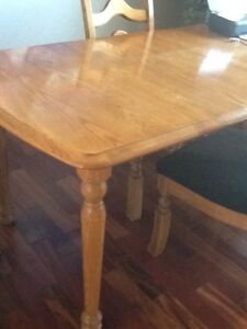Solid oak dinner table with 4 upholstered chairs