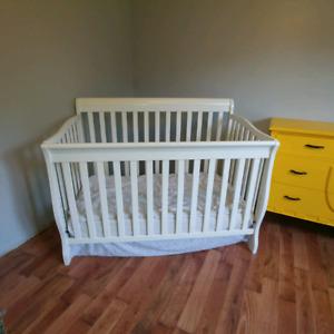 Couchette de bébé avec matelas et literie