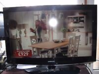 SAmsung Black 37 Ins Col LCD Freeview TV On Stand & Remote.