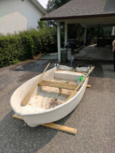 10 FOOT FIBERGLASS FISHING BOAT, 40 THRUST ELECTRIC MOTOR