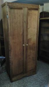 Armoire ancienne en bois d' érable avec tablettes