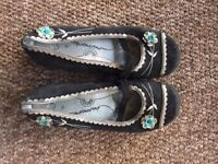 Black leather flat shoes with pattern - As new, barely used